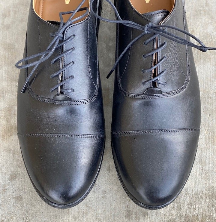 A close up top down view of the best dressy barefoot shoes for men by Carets.